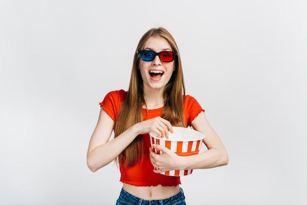 Femme souriante, lunettes 3d