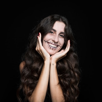 Femme souriante, main levée, à, faire face