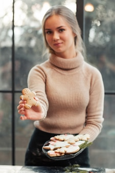 Femme souriante montre homme en pain d'épice