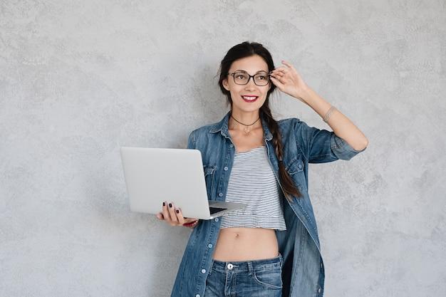 Femme souriante, à, ordinateur portable