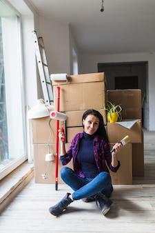 Femme souriante avec des outils de rénovation