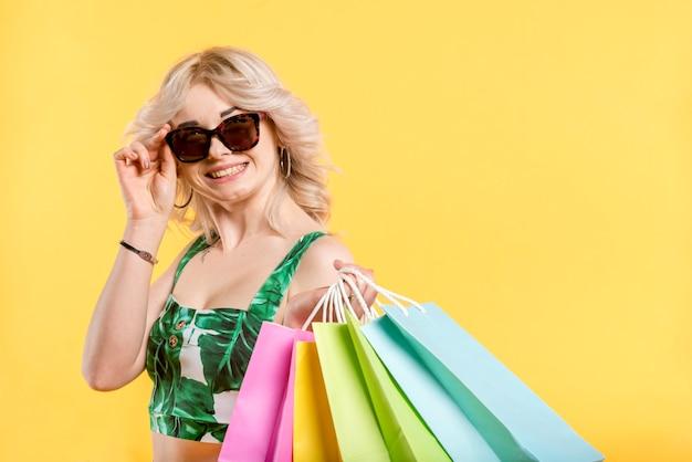 Femme souriante avec des paquets colorés