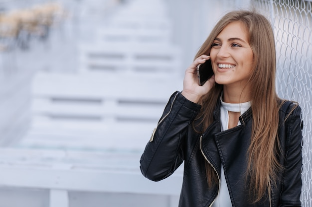 Femme souriante et parlant au téléphone