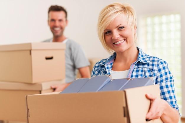 Femme souriante pendant le déménagement