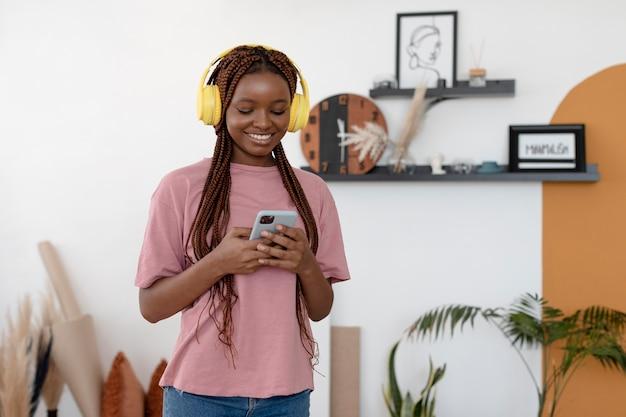 Femme souriante de plan moyen avec des appareils