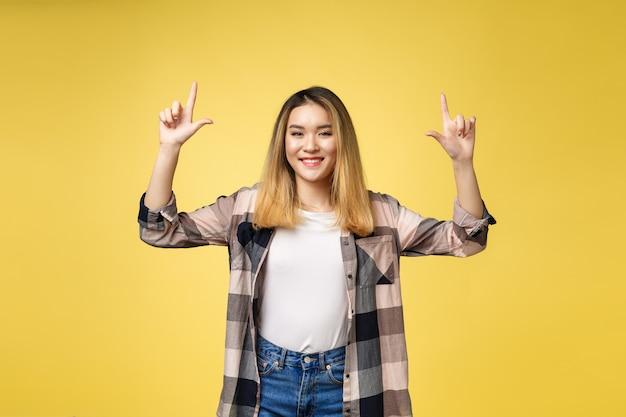 Femme souriante, pointage, côté doigt