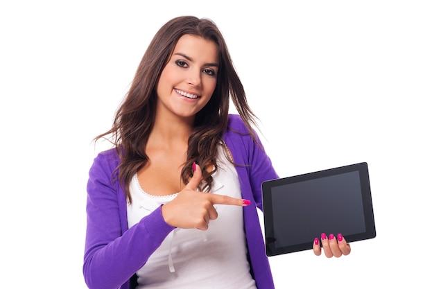 Femme souriante, pointage, écran, de, tablette numérique