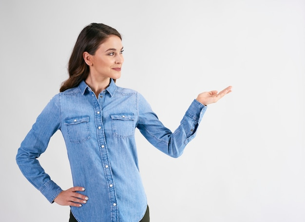 Femme souriante pointant sur l'espace de copie