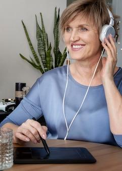Femme souriante portant des écouteurs bouchent