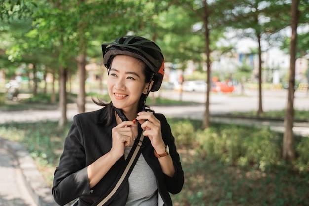 Femme souriante, porter, casque