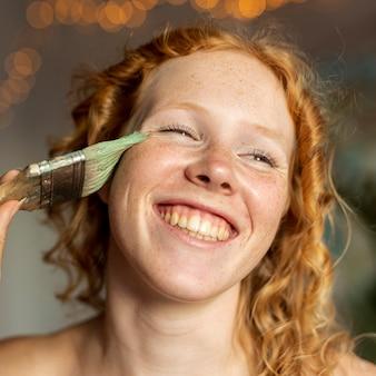 Femme souriante posant