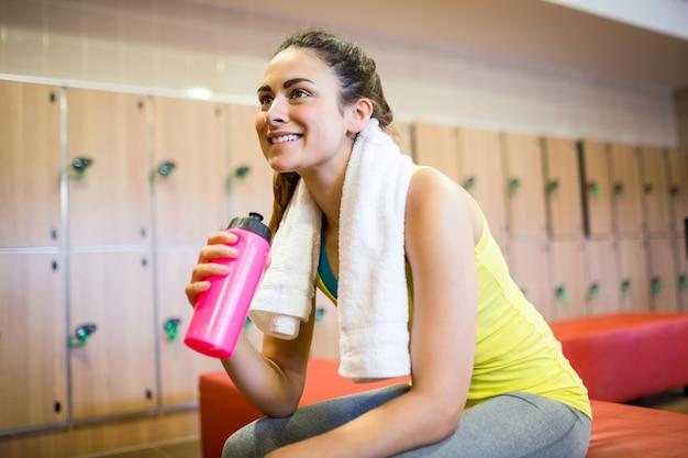 Femme souriante prête pour une séance d'entraînement