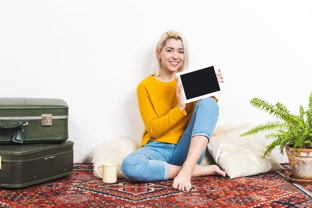 Femme souriante, projection, tablette pc