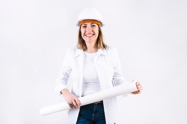 Femme souriante avec le projet