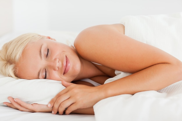 Femme souriante qui dort