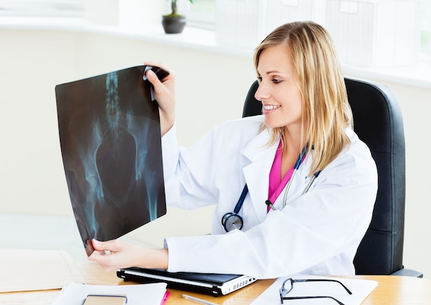 Femme souriante regardant la radiographie