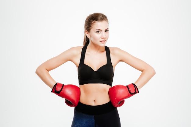 Femme souriante de remise en forme dans des gants de boxe