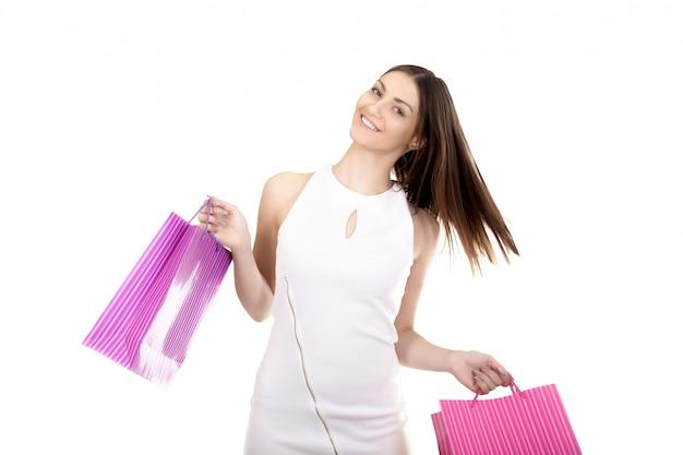 Femme souriante avec des sacs d'achat