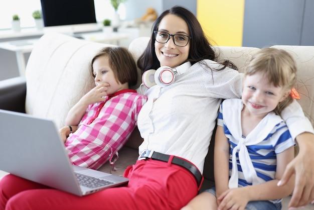 Femme souriante avec ses enfants
