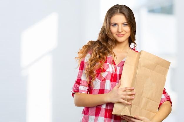 Femme souriante, shopping