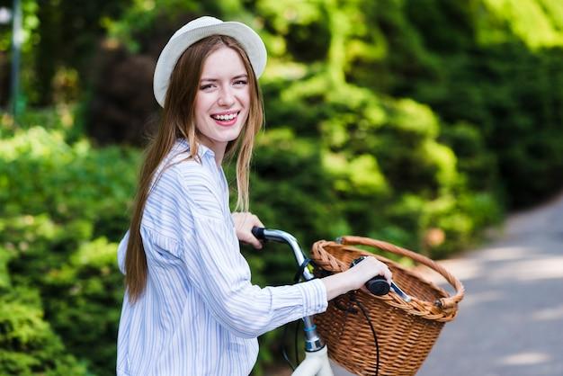 Femme souriante sur son vélo