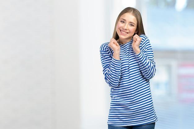 Femme souriante avec un sourire parfait