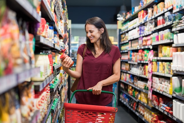 Femme souriante, à, supermarché