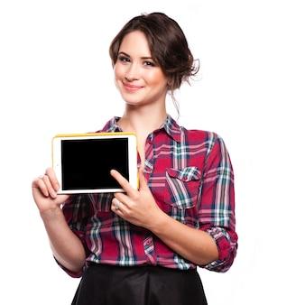 Femme souriante avec tablette
