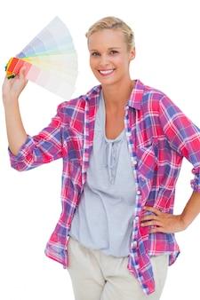 Femme souriante tenant la charte de couleurs