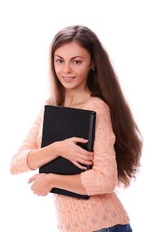 Femme souriante tenant un dossier noir