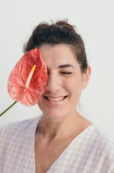 Femme souriante tenant une fleur enflammée