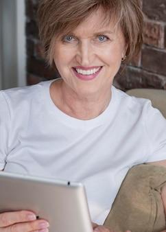 Femme souriante, tenue, tablette, gros plan