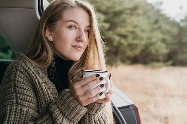 Femme souriante, tenue, tasse