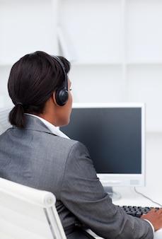 Femme souriante travaillant à un ordinateur dans un centre d'appels