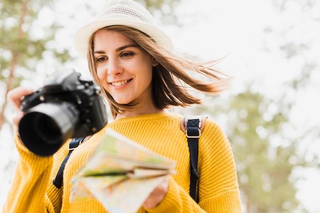 Femme souriante vérifiant ses photos