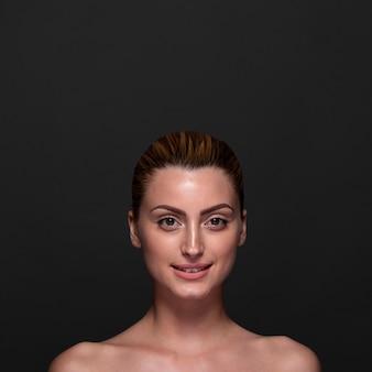 Femme souriante vue de face posant