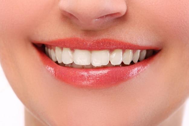 Femme, à, sourire blanc