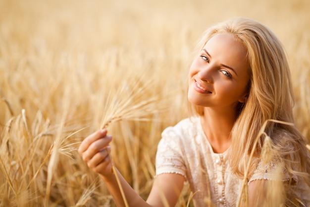 Femme, sourire, séance, blé, champ