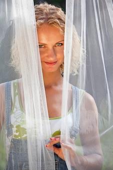 Femme sous le voile blanc