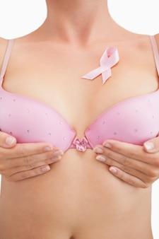 Femme en soutien-gorge avec ruban de sensibilisation au cancer du sein