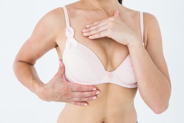 Femme en soutien-gorge avec ruban de sensibilisation du cancer du sein