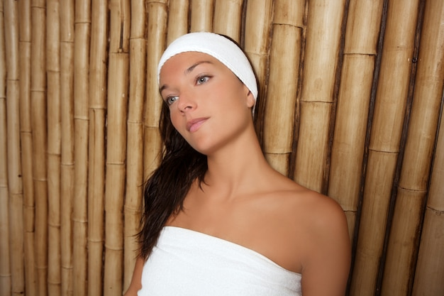 Femme de spa en bambou assise détendue après le traitement