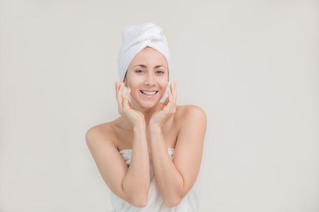 Femme de spa beau portrait debout posant des jeunes et concept de soins de la peau
