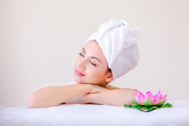 Femme de spa beau portrait posant des jeunes et concept de soins de la peau