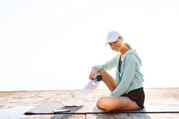 Femme sport, dehors, plage, tenue, eau