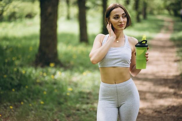 Femme sport eau potable