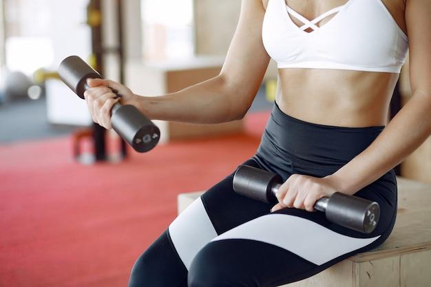 Femme sport, formation, dans, a, matin, gymnase