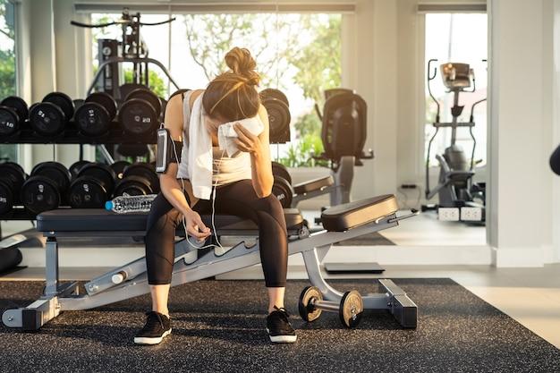 Femme de sport jeune dans la salle de gym, fitness, concept de style de vie de formation
