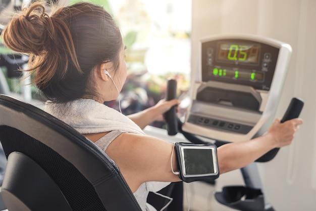 Femme de sport jeune dans la salle de gym, fitness, formation concept lifestyle