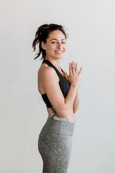 Femme sportive dans la pose d'anjali mudra